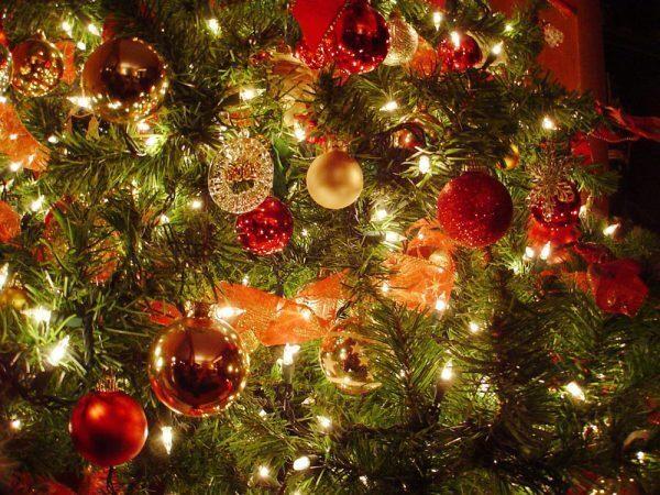 Come decorare l'albero di natale e la casa per attrarre energie positive