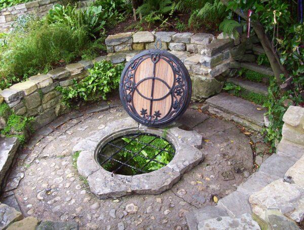 Significato simbolico del pozzo fra acque miracolose, fate e desideri