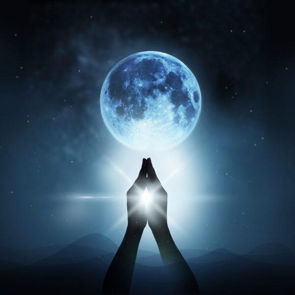 Luna piena in Uttara Ashadha: un ponte di luce oltre le avversità